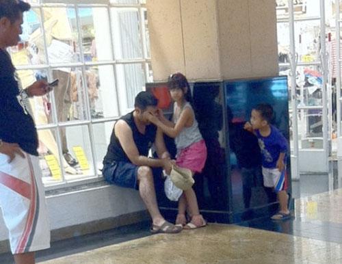 الفتاة الصغيرة تدلك رأس والدها المرهق